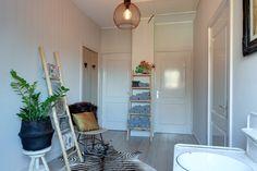 Een badkamer moet je een gevoel van frisheid geven! Vaak gebruiken we hier dan ook rustige tinten, rollen we die handdoeken even op en misstaat een mooi houten meubelstuk zelden. Wat denken jullie?