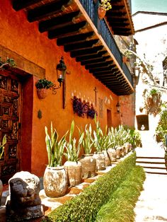Robert Brady Museum in Cuernavaca, Mexico. Dodge, Iowa (Yes!), he traveled the world, collected thousands of art pieces. Spanish Style Homes, Spanish Revival, Spanish House, Spanish Colonial, Spanish Patio, Hacienda Homes, Hacienda Style, Fachada Colonial, Mexican Garden
