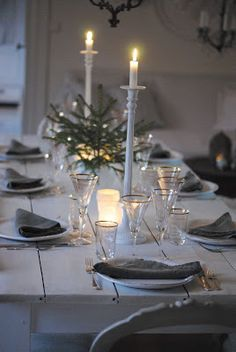 Winter table setting with elegant candlelight Noel Christmas, All Things Christmas, Winter Christmas, Simple Christmas, Cottage Christmas, Rustic Christmas, Christmas Table Settings, Christmas Decorations, Holiday Decor