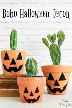 A flower pot is ideal for transforming into a quick and easy Halloween jack-o-lantern. And using a potted cactus for a pumpkin stem? Modern Halloween Decor, Easy Halloween Crafts, Diy Halloween Decorations, Easy Crafts, Halloween Flowers, Theme Halloween, Halloween Jack, Terracotta Flower Pots, Floral Foam