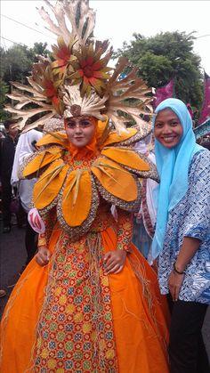 Arakan-Arakan Pekan Batik Nusantara 2016 Sculptural Fashion, Costume Design, Wearable Art, Carnival, Sculpture, Costumes, Group, Fall, How To Wear