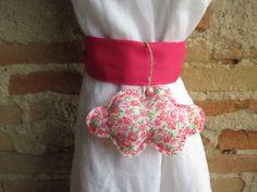 Embrasse nuage pour rideau en tissu liberty rose et fuchsia en forme de nuage : Accessoires de maison par les-voilages-de-caroline