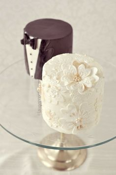 Mini Bride and Groom Wedding Cakes... SO cute!