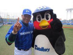Alex Ramirez (Yokohama DeNA BayStars) and Tsubakuro (Tokyo Yakult Swallows)