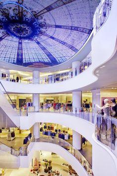 Galeries Lafayette – Pékin  Les Galeries Lafayette de Pékin (Chine) imprègnent totalement de l'ADN de la célèbre chaîne de grands magasins française.Imaginé par le cabinet d'architectes HMKM, cet espace s'élève sur cinq étages et 47 000 m² entièrement éclairé en Led. Dans les deux principaux atriums de cette boutique, un spectaculaire écran Led intégré dans le plafond reproduit le style Art Nouveau en verre et acier coupole emblématique de la boutique du boulevard Haussmann de Paris.
