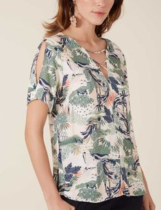 BLUSA JARDIM BOTÂNICO - 04.01.3031 - Maria Filo Sleeves Designs For Dresses, Casual Tops For Women, Clothing Hacks, Sewing Clothes, Classy Outfits, Cotton Dresses, Blouse Designs, Fashion Dresses, How To Wear
