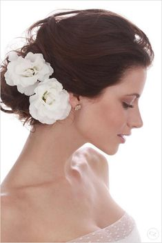 Bridal updo, flowers in hair, loose bun, messy updo Loose Wedding Hair, Classic Wedding Hair, Wedding Hair Flowers, Flowers In Hair, Real Flowers, Wedding Dresses, White Flowers, Wedding Bouquets, Beautiful Flowers