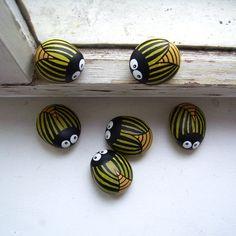 beetles - painted rocks , - Garden How to Crafts Painted Rocks Craft, Hand Painted Rocks, Painted Stones, Rock Steps, Ladybug Rocks, Posca Art, Rock Hand, Inka, Rock And Pebbles