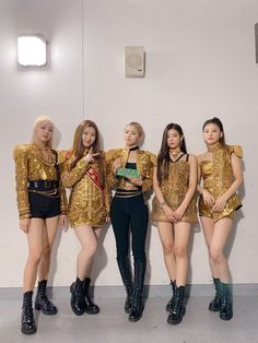Thank you MIDZYs for helping us win the honorable rookie award at the Today we learned a lot watching our sunbaes/hoobaes! We'll continue to be an ITZY that improves! Kpop Girl Groups, Korean Girl Groups, Kpop Girls, Stage Outfits, Kpop Outfits, Kpop Fashion, Korean Fashion, K Pop, Mma 2019