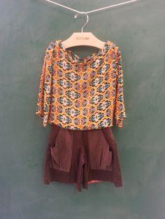 Pensa em uma estampa linda. Mais que a dessa blusa não pode ser. Blusinha soltinha que combina com a alegria de ser criança.