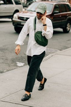 The best men's street style fits spotted outside the New York Fashion Week: Men's Spring-Summer 2018 shows by the editors, buyers, and more who wear them best. Best Men's Street Style, Street Style Trends, Cool Street Fashion, Look Fashion, Trendy Fashion, Korean Fashion, Fashion Design, Fashion Trends, Fashion Styles