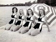 I love vintage bathing suits :) Vintage Bathing Suits, Vintage Swimsuits, Vintage Girls, Retro Vintage, Vintage Outfits, 1940s Fashion, Vintage Fashion, Vintage Beach Photos, Illustrations Vintage