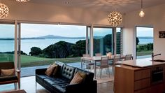 Expansive glazing on the western façade opens the house to the view and facilitates solar gain. New Zealand Architecture, Architecture Awards, Residential Architecture, House Architecture, Outdoor Spaces, Outdoor Living, Glazed Walls, Internal Courtyard, Life Design