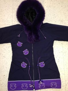 Inuit made women's parka by Annesie Nowkawalk Inuit Clothing, American Art, Native American, Inuit Art, Native Style, Outdoor Clothing, Womens Parka, Floral Patterns, Outdoor Outfit