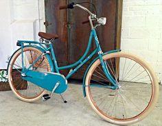 Découvrez le vélo hollandais classique rétro de chez Cortina, le Cortina Soul avec 3 vitesses et freins à rétropédalage, selle et poignées Royal et larges pneus beiges ...