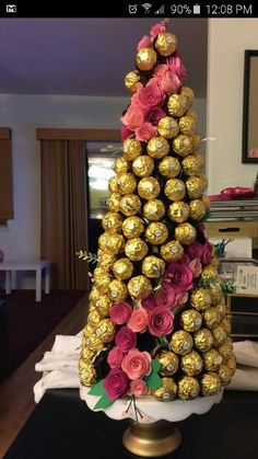 paper roses and Ferrero Rocher choc… I don't know how or when, but I will! paper roses and Ferrero Rocher chocolate equals best candy tree ever. Chocolate Navidad, Chocolate Gifts, Rocher Chocolate, Bouquet Box, Candy Bouquet, Christmas Candy, Christmas Crafts, Christmas Decorations, Candy Trees