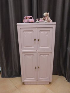 Voici ce que je viens d'ajouter dans ma boutique #etsy : Armoire enfant vintage années 30 http://etsy.me/2DTJVIY #mobilier #armoirevintage #lesbelleschosescie Petite armoire rétro pour chambre de BB : unique et plaine de charme!