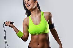 Seilspringen bringt nicht nur Spaß, sondern trainiert auch deine Muskulatur, Koordination sowie Ausdauer und verbrennt ordentlich Kalorien.