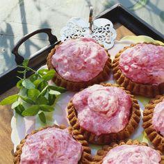 Süße Minis: Rhabarbercreme-Torteletts | http://eatsmarter.de/rezepte/rhabarbercreme-torteletts