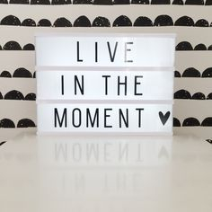 Quote | live in the moment | light box | toddlers and tees | fermliving behang | monochrome | kidsroom