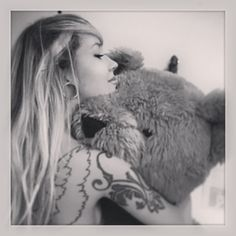 Cuz u are too far. Sara Fabel, Girl Tattoos, Tattoo Girls, Body Modifications, Photo Editor, Eye Candy, Sexy Women, Dreadlocks, Teddy Bear