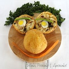 Papas Rellenas by testadoprovadoeaprovado: A classic Peruvian dish made of mashed potato dough filled with ground meat and hard boiled eggs, then breaded and deep fried. Paleo Diet Food List, Best Healthy Diet, Paleo Meal Plan, Raw Food Diet, Healthy Family Meals, Healthy Foods To Eat, Raw Food Recipes, Meat Recipes, Cooking Recipes
