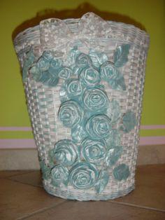 cesto in vimini decorato con rose di stoffa