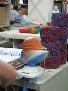 This is the landscape that wind wool into a ball of Noro.   To spring and summer, as the four seasons of Japan to the summer and autumn, to come and go from autumn to winter, yarn Noro also transition into a different color from the wool of a single.  これは、野呂の毛糸を巻いて玉にする風景。  春から夏へ、夏から秋へ、秋から冬へと移り変わる日本の四季のように、野呂の糸も一本の毛糸から様々な色へと移り変わります。