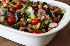 Salada Grega com Grão-de-bico e rabanete