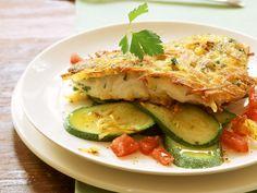 Seelachs mit Kartoffelkruste und Zucchini-Tomaten-Bett - smarter - Zeit: 35 Min. | eatsmarter.de