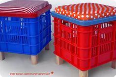 Caixotes pra guardar e banquinhos pra sentar.