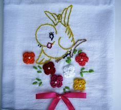 Pano de prato bordado com apliques em crochet Tamanho: 69 x 48 cm Tecido 100% algodão atoxico R$20,00
