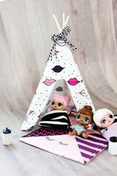 Don't let your dolls sleep under the stars, this DIY Doll Tent is the perfect size for your LOL Dolls. Easy and fun to make, your kids will love their newest LOL Doll addition. Diy Doll Tent, Diy Tent, Easter Crafts For Kids, Diy For Kids, Diy Tutorial, Tutorial Sewing, Sewing Tutorials, Pochette Diy, Maila