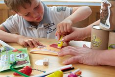 Eine eigene Grüffelo-Einladungskarte kann man auch selber basteln. • Fotos: © Tobias C. Plath Tobias, Playing Cards, Pictures, Invitation Cards, Invitations, Kids, Playing Card Games, Game Cards, Playing Card