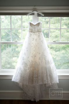 Oscar de la Renta wedding dress/ Christian Oth Studio/ Glen Allsop