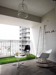 The bird motif and carpet grass liven up the stark background of the balcony. Glass from Oddjects.