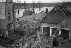 Zicht op de verwoestingen rondom een stukje Rijnkade in 1945
