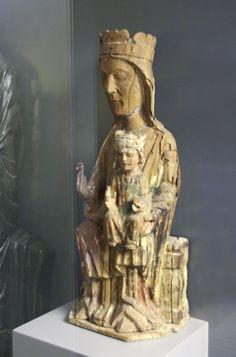 Vigen románica. Virgen de San Miguel de Escalada, siglo XIII. Museo de León. Romanesque Sculpture, Romanesque Art, Lady Madonna, Madonna And Child, Catholic Rituals, Carolingian, Ange Demon, Mystique, European History