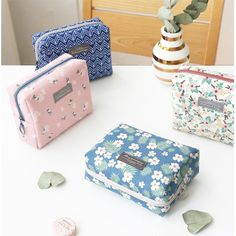 Iconic Comely pattern makeup pouch bag allows you to store and organize all of your cosmetics and makeup products at one time.