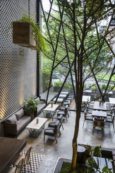 An'garden Café is an original spot for daily gatherings located in Vietnam. The steel-framed café features a variety of plants and trees. Modern Restaurant, Outdoor Restaurant Patio, Café Restaurant, Modern Cafe, Loft Interior, Restaurant Interior Design, Modern Interior Design, Coffee Shop Design, Cafe Design