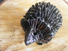 De Fairtrade egel is met de hand gemaakt van restmetaal in Zimbabwe, Afrika. Hij heeft een zwarte kleur en prachtige details, zoals losse stekels en kleine ogen.