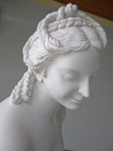Ancient Greek Hairstyles for the love of this classical Greek style for costumes or historical fashion Grecian Hairstyles, Roman Hairstyles, Classic Hairstyles, Modern Hairstyles, Japanese Hairstyles, Female Hairstyles, Ancient Greek Costumes, Scrunched Hair, Historical Hairstyles