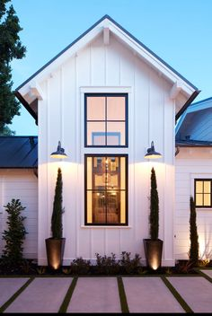 White board and batten siding and black window frames with thin mullions - elements to create a classic farmhouse style with a modern twist. Informations About White board and batten siding and black Modern Farmhouse Exterior, Modern Farmhouse Style, Farmhouse Architecture, Farmhouse Landscaping, Pavilion Architecture, Classical Architecture, Sustainable Architecture, Residential Architecture, Contemporary Architecture
