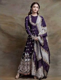 VeroniQ Trends-Bollywood-Stil Alia Bhatt inspiriert Anarkali Kleid in lila Farbe Georgette-Intrica Anarkali Dress, Pakistani Dresses, Indian Dresses, Lehenga Choli, Saree, Anarkali Bridal, Sabyasachi, Anarkali Suits, Indian Look
