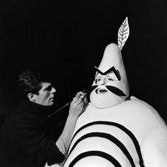 L'INA avec Photoservice.com - Jean-Christophe Averty retouche au pinceau le costume d'Ubu porté par Jean Bouise