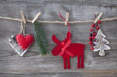 Christmas decorations shouldn't cost an arm and a leg. That's why we bring you DIY Christmas garland ideas that's affordable yet festive, just what you need Diy Christmas Garland, Noel Christmas, Country Christmas, Homemade Christmas, Christmas Pictures, Christmas Wishes, Simple Christmas, Christmas Greetings, Beautiful Christmas