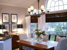 salle à manger de style rustique moderne aménagée avec une table en bois massif, stores bambou et un ensemble d'herbiers