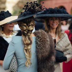 """wedding ideas.es on Instagram: """"No nos puede gustar más este peinado!! Invitadas que derrochan glamour! @invitadaideal @ninameva @ninasibut Fotón de @kiwo_estudio .…"""" Winter Hairstyles, Party Hairstyles, Cute Hairstyles, Wedding Hairstyles, Wedding Hats For Guests, Winter Wedding Guests, Hair Inspiration, Hair Inspo, Race Wear"""