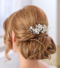Ręcznie pleciona, ślubna ozdoba do włosów. Będzie idealną ozdobą do ślubu zimą, a także będzie pięknie komponować się z bukietem z gipsówki.   Do kupienia w sklepie internetowym Madame Allure!