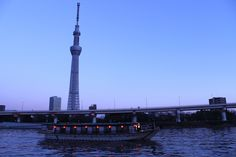Tokyo, Sumidagawa River in the evening.  TOKYO SKYTERE andcruise passenger boat.